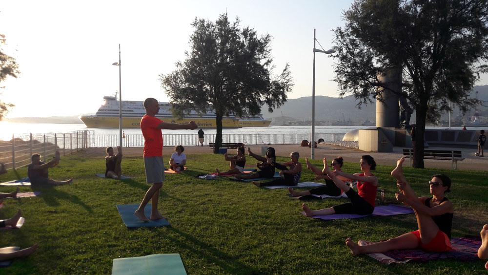 cours de pilates en extérieur à Toulon